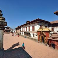 Непал, Бхактапур (Бхадгаон), ансамбль дворцовой площади (дюрбар). Дворец «пятидесяти пяти окон» Бхупатиндры Маллы и его статуя