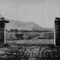 Рис. 10. Пилоны ограды храма в Сун-шане. Хэнань. Эпоха Хань