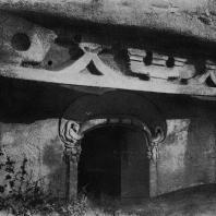 Рис. 13. Вход в пещеру в Дянь-лун-шань. VI в. н. э.