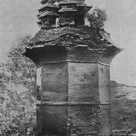 """Рис. 16. Цзю-та-сы (""""Девятибашенная пагода""""). Эпоха Тан"""