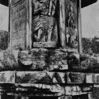 Рис. 32. Пагода Ци-ся-сы близ Нанкина. X в. н. э. Деталь
