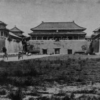 Рис. 46. Внутренние ворота бывшего императорского дворца в Пекине