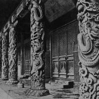 Рис. 50. Колонны с драконами в храме Конфуция в Цюй. Начало XVI в.