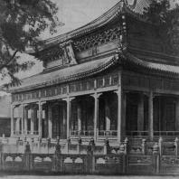 """Рис. 55. """"Дворец совершенной гармонии"""" (Би-юнь-чун) в Пекине. XIV в. Главное здание"""