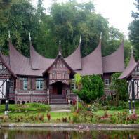 Индонезия, Западная Суматра, традиционный жилой дом gadang