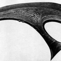 Топор ритуальный. Бронза. Дл. 43,8 см. Конец I тыс. до н. э. Восточная Ява. Джакарта. Национальный музей