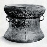 Барабан типа Хегер I из Семаранга. Бронза. Выс. 48,5 см, диаметр тимпана 60 см. Вторая половина I тыс. до н. э. Ява. Джакарта. Национальный музей