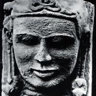 Голова Бхимы. Фрагмент декора чанди Бхимы. Выс. 26 см. VIII-IX вв. Джакарта. Национальный музей