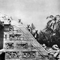 Боковая стена лестницы чанди Мендут. VIII-IX вв. Долина Кеду. Центральная Ява