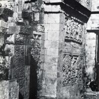 Сохранившаяся часть портика с рельефами. Чанди Мендут