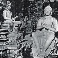 Будда и Авааокитешвара. Статуи в интерьере чанди Мендут. Камень. VIII-IX вв.