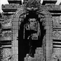 Боробудур. Арка над лестницей третьей галереи