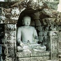 Боробудур. Сидящий будда в нише стены