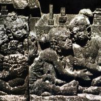 Боробудур. Группа слуг около дома. Фрагмент рельефа первой галереи