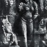 Боробудур. Женщина с опахалом. Фрагмент сцены из Аваданы