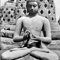 Боробудур. Сидящий будда на верхнем ярусе. Камень