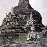 Боробудур. Дагобы верхних ярусов и сидящий будда