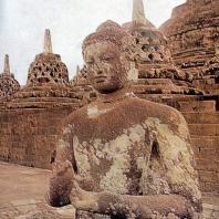 Боробудур. Сидящий будда на верхнем ярусе