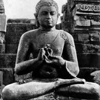 Сидящий будда. Чанди Севу. Камень. IX в.