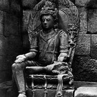 Сидящий бодхисаттва в интерьере чанди Плаосан