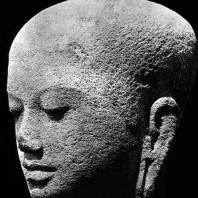 Голова монаха. Фрагмент статуи из чанди Плаосан. Камень. Выс. 27 см. IX в. Джакарта. Национальный музей