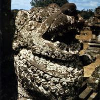 Лоро Джонггранг. Фигура льва у бокового чанди. Камень