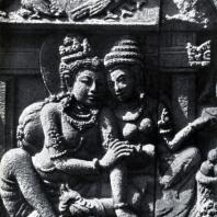 Лоро Джонггранг. Кайкея уговаривает царя Дашаратху изгнать Раму. Фрагмент рельефа чанди Шивы