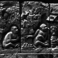 Лоро Джонггранг. Сита слушает Ханумана во дворце Раваны. Рельеф чанди Шивы