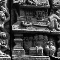 Лоро Джонггранг. Преследование Ханумана во дворце Раваны. Фрагмент рельефа чанди Шивы