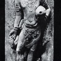Мужская фигура с кувшином, оформлявшая сток воды в бассейн. Камень. XI в. Восточная Ява