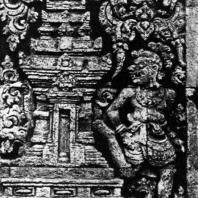 Бхута около храма. Рельеф чанди Панатаран