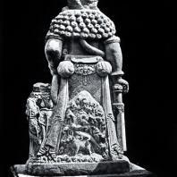 Статуя стража со спины. Камень. Главный чанди комплекса Панатаран. XIII-XIV вв.