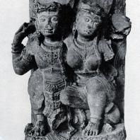 Сидящая пара. Фрагмент скульптуры из Джебука. Камень. Выс. 162 см. XIV в. Восточная Ява. Джакарта. Национальный музей