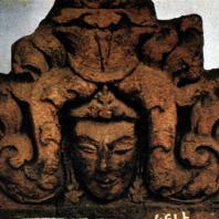 Декоративный рельеф с изображением головы. Терракота. XIV в. Травулан. Восточная Ява. Джакарта. Национальный музей
