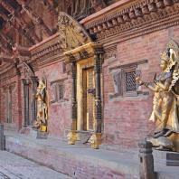 Непал, Лалитпур (Патан), парадная дворцовая площадь (дюрбар), вход в королевский дворец XVI в. Бронзовая скульптура Джамуны