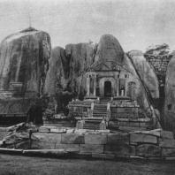 6. Исурумуниявихара. Общий вид (пещеры ок. III в. до н. э.)