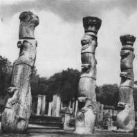 12. «Лотосовые» колонны Нишшанка Лата Мандапая. XII в.