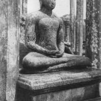 33. Статуя Будды в Вата-да-ге из Медиригирии. VIII—IX вв.