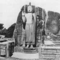 34. Скальная статуя Будды в Аукане. VI—VIII вв.
