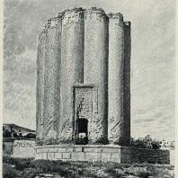Табл. VI. Рис. 9. Азербайджан. Карабагляр. Мавзолей 1376 г.